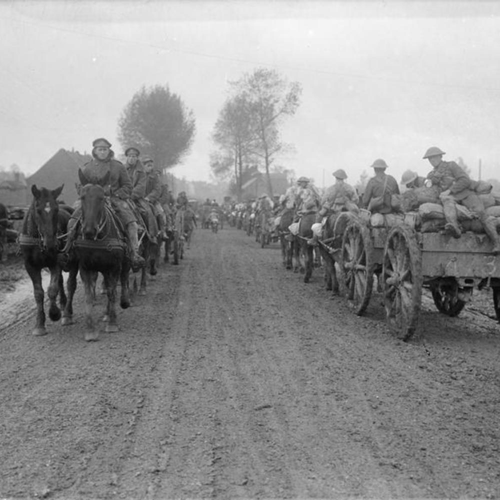 [Colonnes d'artillerie tirés par des chevaux se croisant près d'Aveluy]